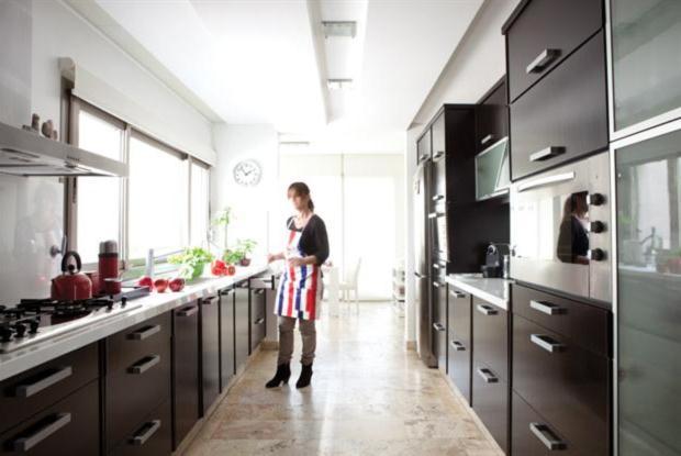 Una cocina minimalista y funcional - Muebles de pasillo ...