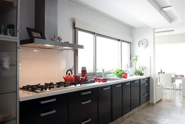 Una cocina minimalista y funcional for Cocinas con horno electrico