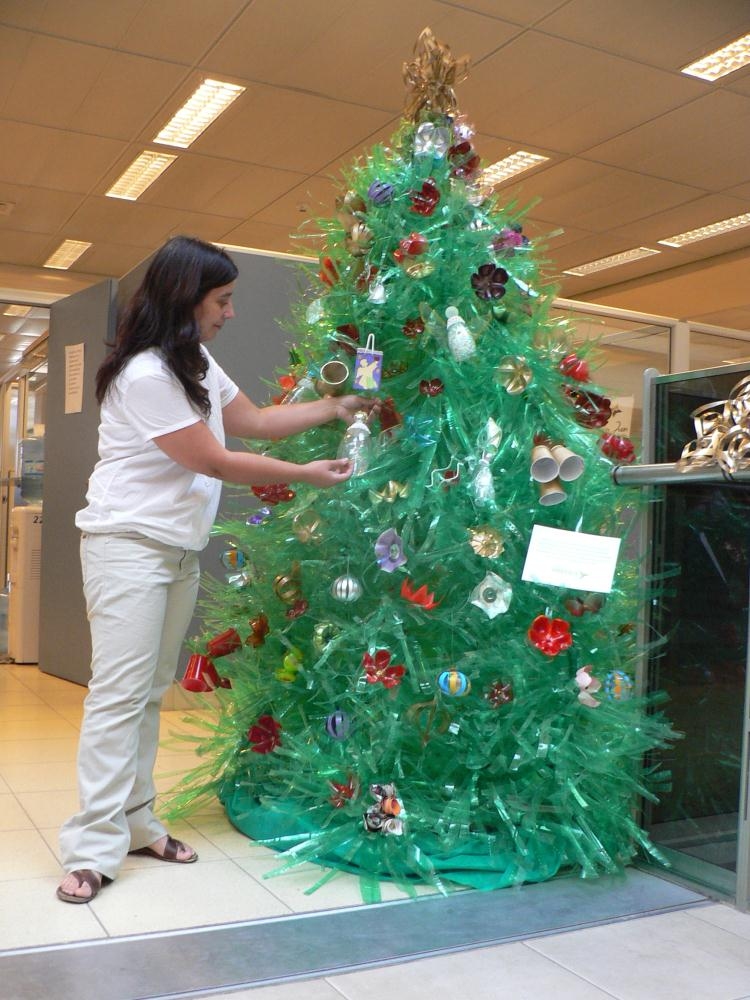Adornos navide os reciclados adornan el centro c vico for Adornos navidenos reciclados botellas