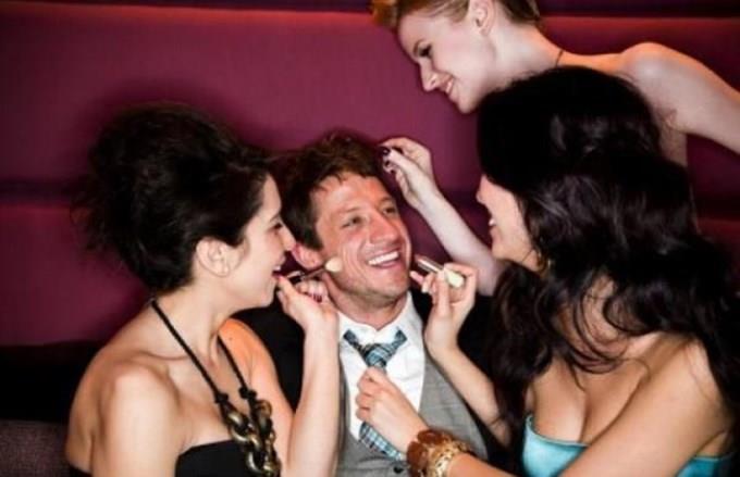 Muchas Chicas Un Hombre - Porno - MarPornocom