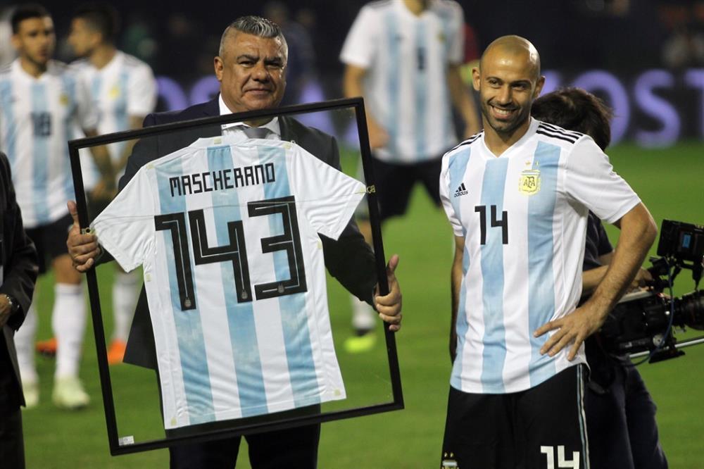 El Chiqui Tapia encabezó el homenaje a Mascherano - DiarioLaVentana.com